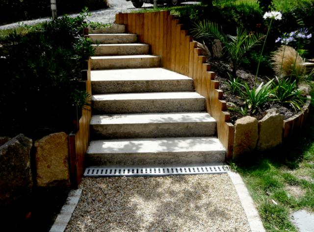 Escalier béton et traverses de pin