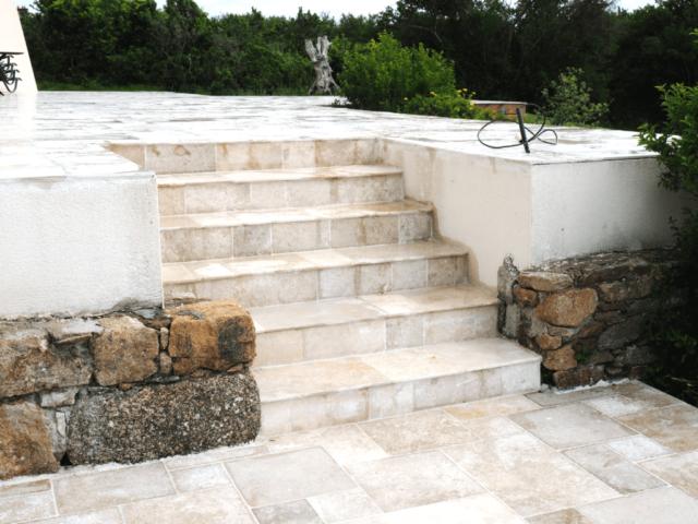 Escalier extérieur en pierres